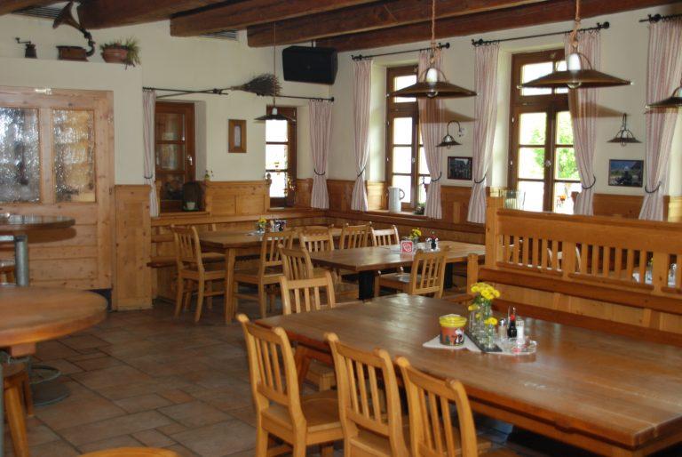 Gaststube im Raucherbereich mit ca. 30 Sitzplätze.